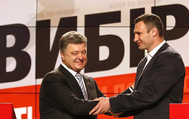 Виталий Кличко (справа) намерен поторговаться с Петром Порошенко (слева) за должности (УНИАН)