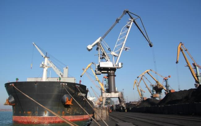 """Фото: у порту """"Південний"""" розвантажуються ще два судна з вугіллям (АМПУ)"""