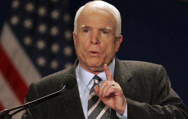 Сенатор США Маккейн вважає ганебним, що США досі не надали зброю Україні