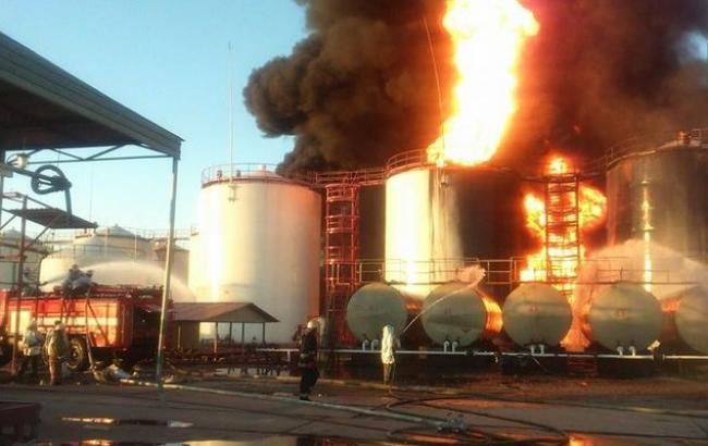 Пожар на нефтебазе под Киевом: горят еще 3 цистерны