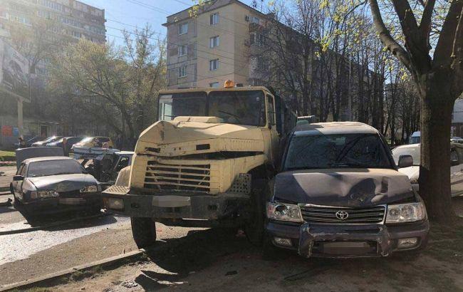 """У центрі Дніпра """"КРАЗ"""" зіткнувся з 12 автомобілями"""