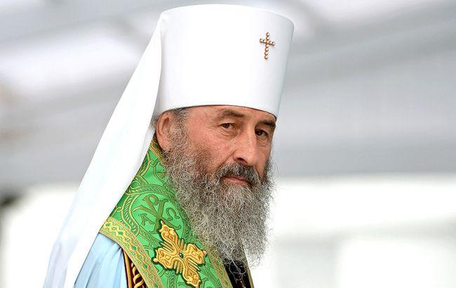 Фото: возле Киево-Печерской лавры проходит литургия УПЦ МП