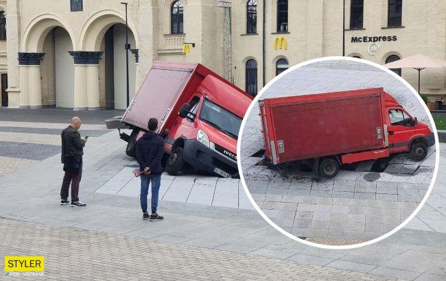 У центрі Києва вантажівка провалилася на місці відкриття нового фонтану