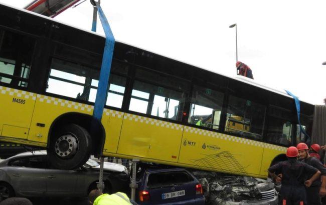 Фото: в Стамбуле автобус раздавил несколько машин