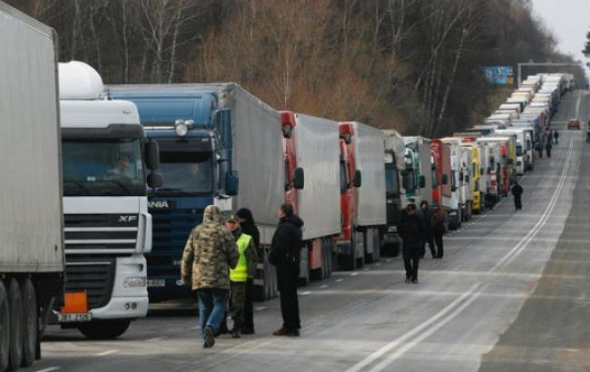 250 грузовиков стоят на границе с Крымом