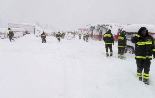 Фото: спасатели на месте схода лавины в Италии