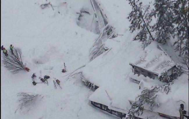Лавина в Італії: вісім людей знайдено живими в заваленому снігом готелі