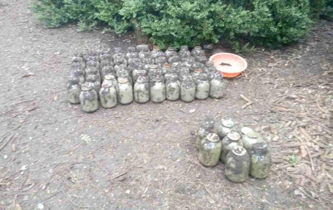 Фото: Банки з наркотиками чоловік закопав у землю