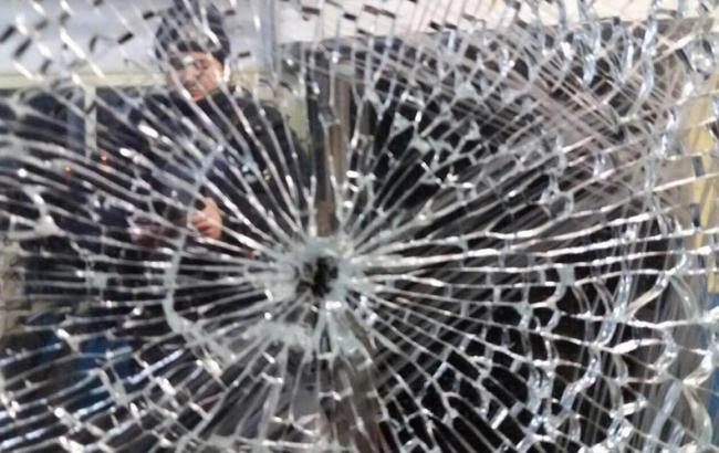 Фото: хулиганы обстреляли больницу