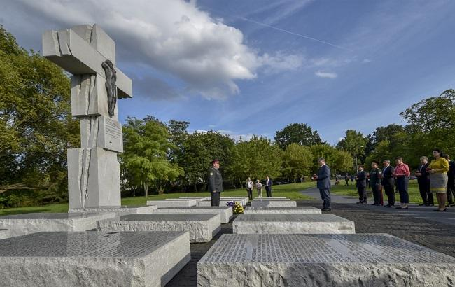 Фото: Порошенкопоклавквіти до пам'ятника жертвам Волинської трагедії