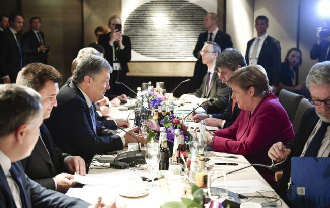 """Порошенко и Меркель обсудили введение """"Азовского пакета"""" санкций"""