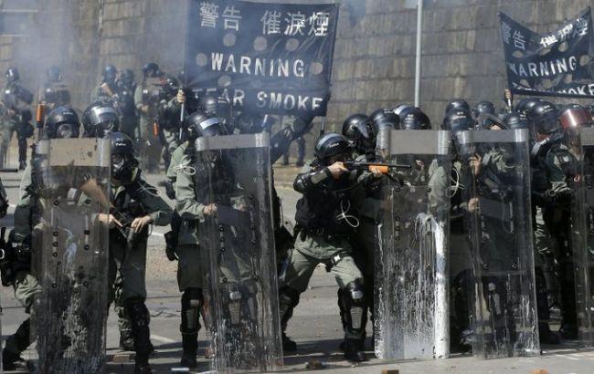 Полиция в Гонконге пригрозила митингующим применить боевые патроны