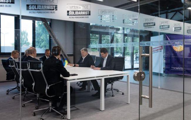 Порошенко зустрівся у новому офісі з міжнародними партнерами
