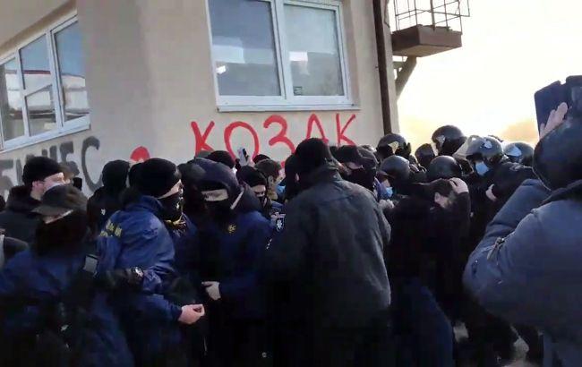 Столкновения и поджог шин: во Львове устроили протест из-за бизнеса Козака