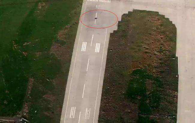 Фото: повреждение взлетной полосы в донецком аэропорту