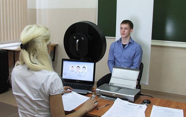 Кабмин выделит 150 млн грн на закупку 600 терминалов для выдачи биометрических паспортов, - Яценюк