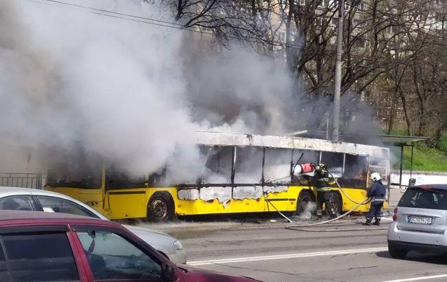 В Киеве на ходу загорелся автобус: выгорел полностью за мгновенье (жуткое видео)