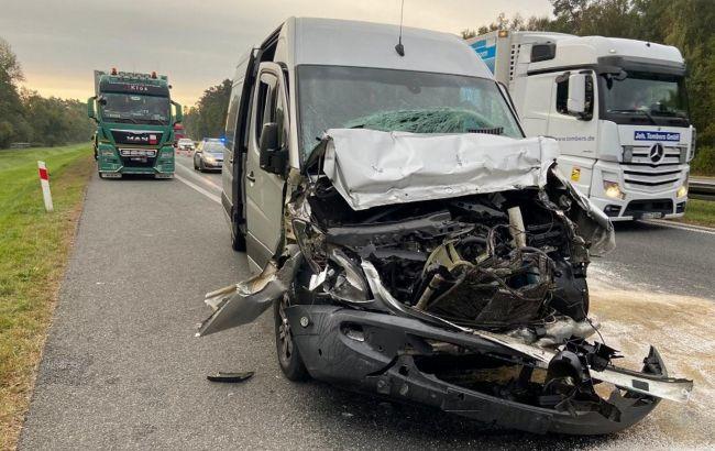 У Польщі автобус з українцями врізався у вантажівку: є постраждалі