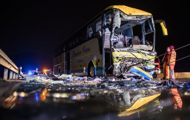 У Німеччині пасажирський автобус потрапив у ДТП, загинув водій