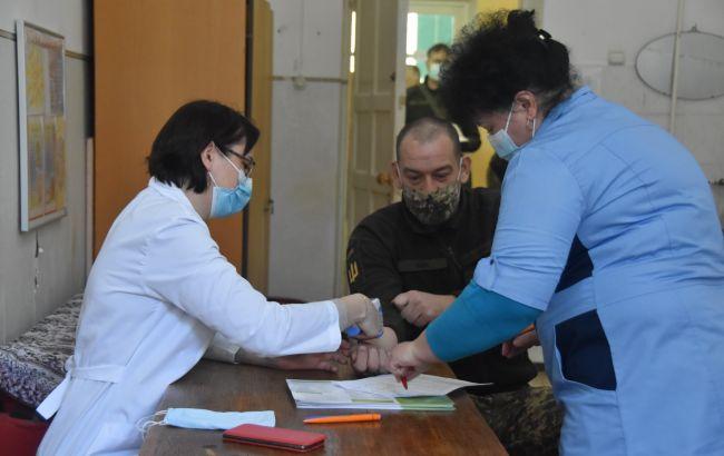 В Україні почалася COVID-вакцинація військових за межами ООС