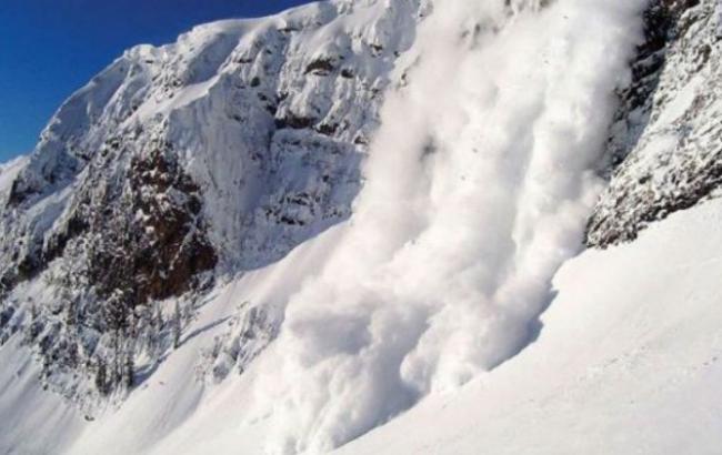Фото: В Альпах лавина накрила лижну трасу