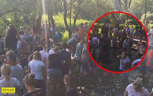 Под Львовом в разгар карантина устроили массовые купания в целебной воде