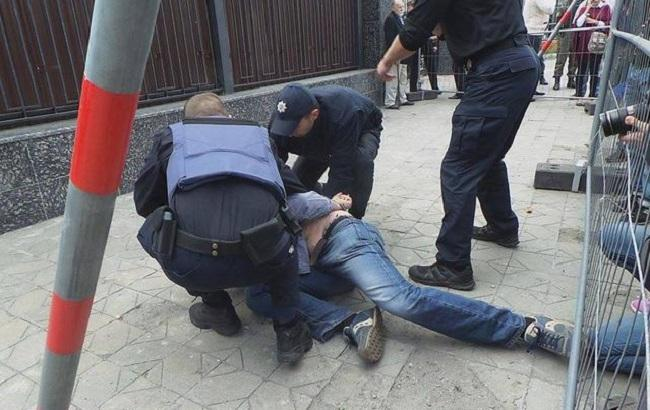 Фото: задержание активиста у посольства РФ