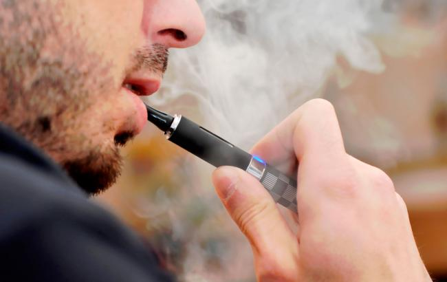 Фото: ВР предлагают распространить на электронные сигареты ограничения, касающиеся обычных