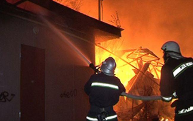 Фото: пожежники ліквідують загоряння будинку