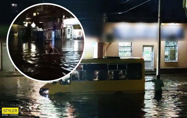 """Люди ныряли """"кролем"""", а маршрутки плавали с пассажирами: Кропивницкий затопило ливнем"""
