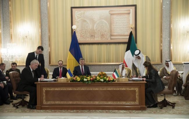Фото: Петр Порошенко подписывает соглашение с Кувейтом (president.gov.ua)