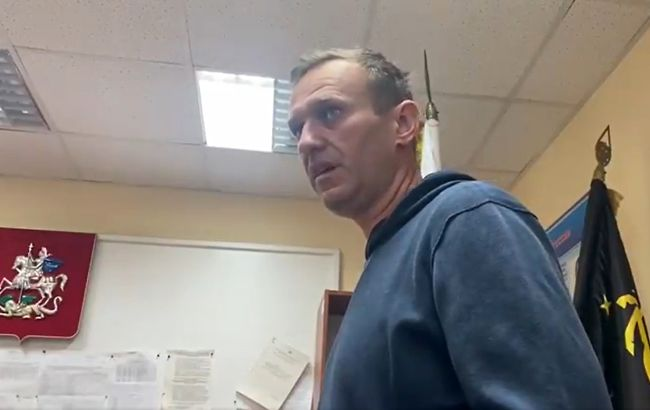 Почався суд над Навальним. Засідання проходить у відділенні поліції