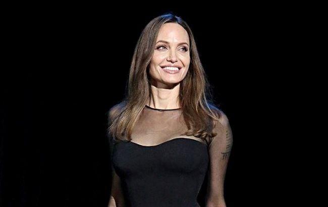 Сукня-майка і об'ємний жакет: Анджеліна Джолі в образі total black вирушила на шопінг