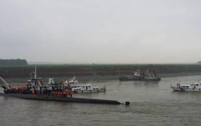 Крушения корабля в Китае: на месте происшествия работает более 1 тыс. человек