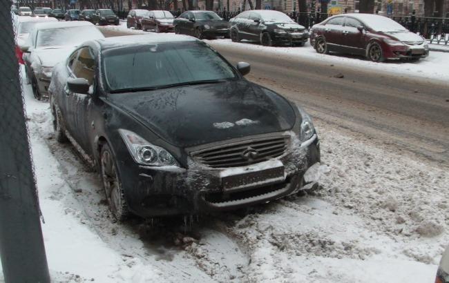 Фото: Поліцейські просять водіїв правильно паркуватися через снігопад (drive2.ru)