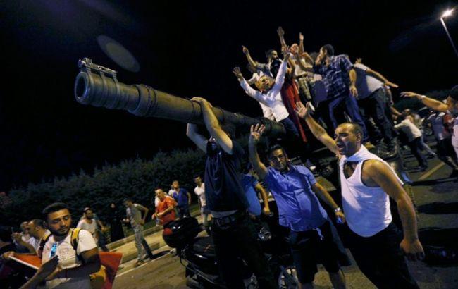 Фото: жителі Туреччини блокують військову техніку
