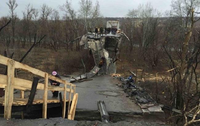 Фото: разрушенный мост в Станице Луганской