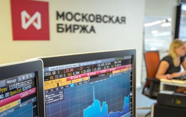 На Московской бирже в ходе торгов курс доллара впервые поднялся выше 42 рублей