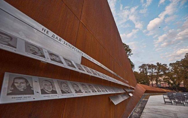 У Львові киянин розтрощив огорожу Меморіалу Небесної сотні: відео витівки вандала