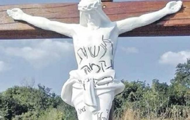 Милиция установила причастность 2-х жителей Израиля кповреждению гипсового распятия вУмани