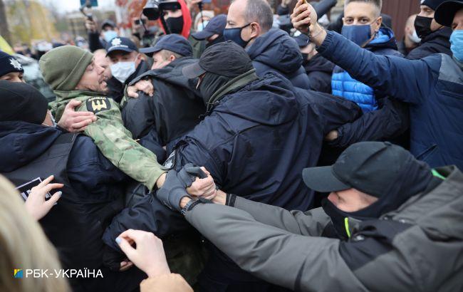 Под домом Тупицкого устроили протест, произошла потасовка