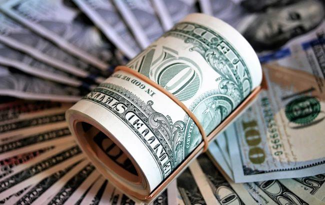 НБУ немного снизил официальный курс доллара перед длинными выходными