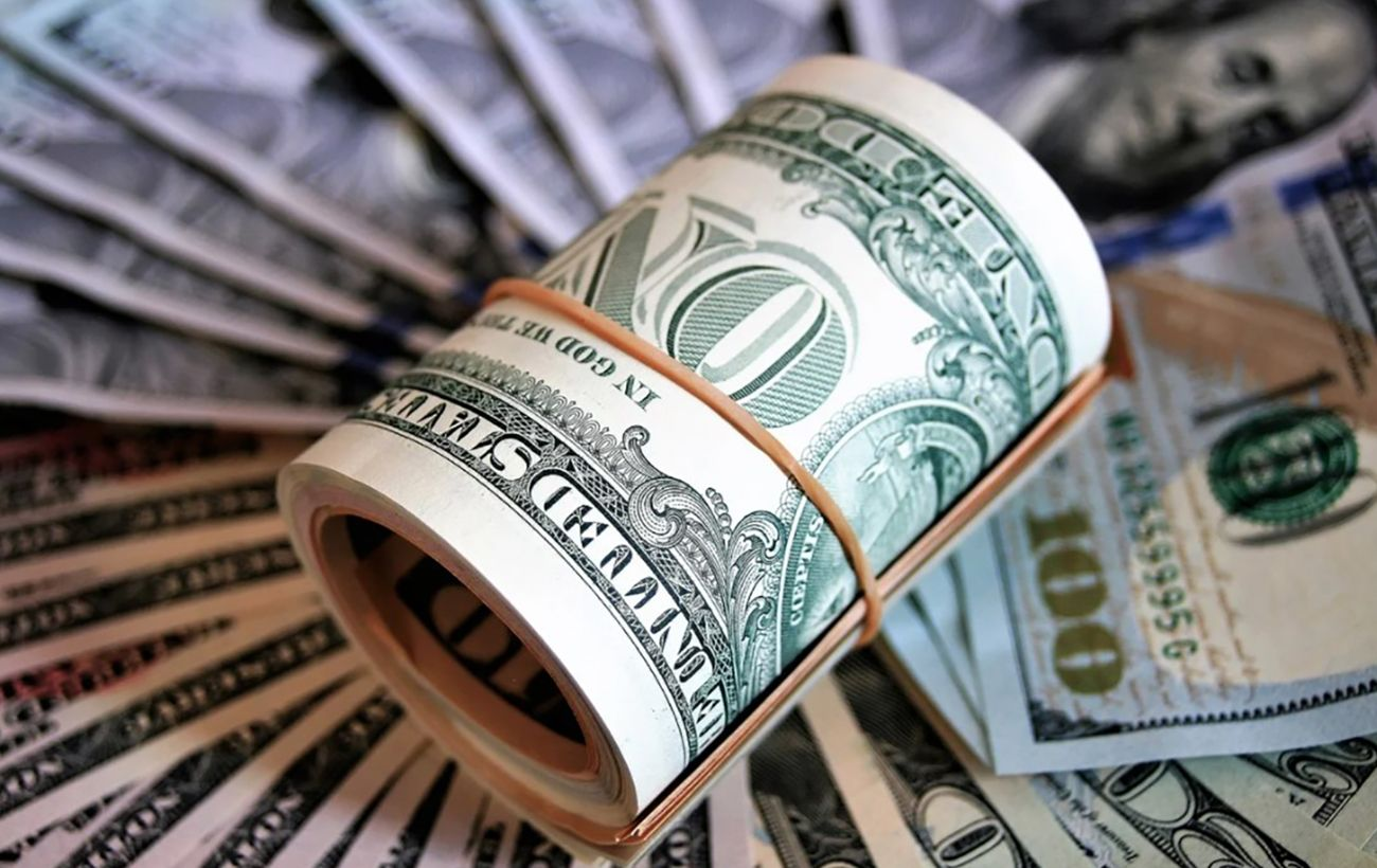 НБУ снизил официальный курс доллара до минимума с марта 2020 года