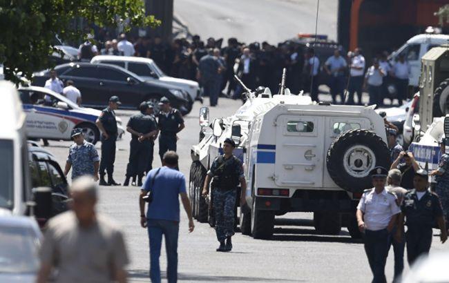 Захопивші поліцейську дільницю в Єревані звільнили заручників-медиків