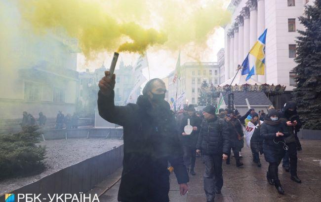 Протест в Киеве: митингующие пришли под Офис президента и зажгли фаеры