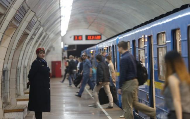 В Киеве в метро мужчина бросился под поезд: появились подробности ЧП
