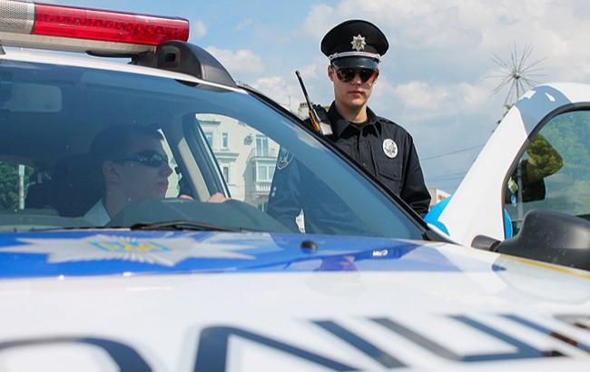 У Києві співробітник патрульної поліції оригінально покарав порушників ПДР (відео)