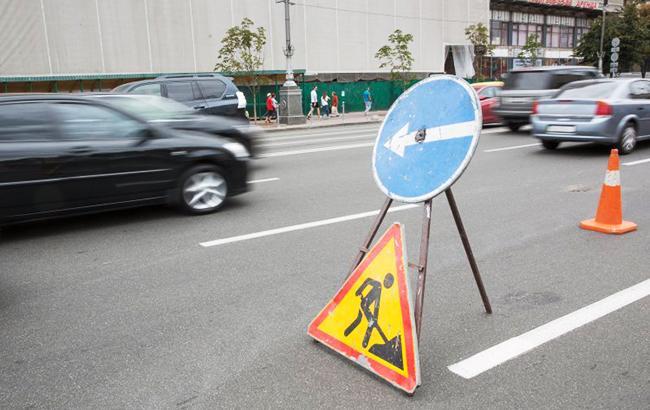 Фото: дорожні знаки об'їзду і дорожніх робіт (УНІАН)