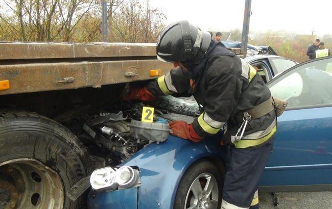 В Ивано-Франковской области столкнулись автомобиль с тягачом, есть пострадавшие