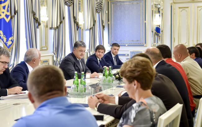 Фото: Порошенко і нардепи домовилися про зміни в закон про вживані авто